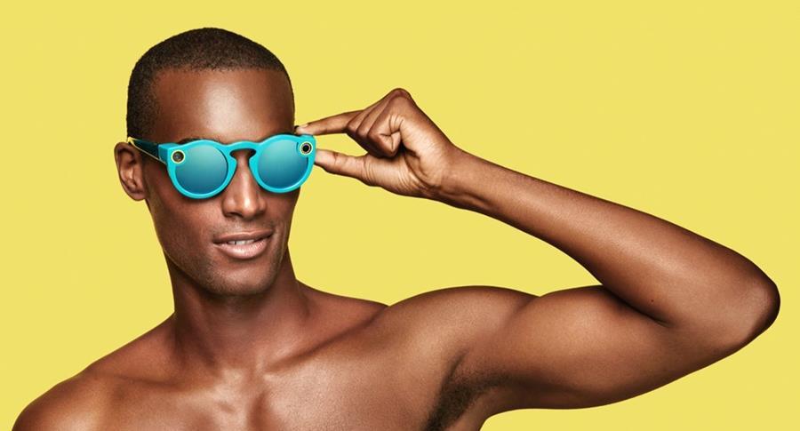Snapchat presentó el año pasado sus Spectacles, gafas que se sincronizaban a la aplicación. (Foto Prensa Libre: The Fader)