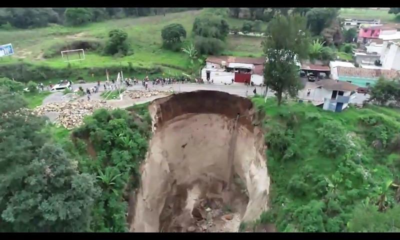 Vista del hundimiento ocurrido hace una semana en el km 165, Santa Cruz del Quiché. (Foto Prensa Libre: Héctor Cordero)