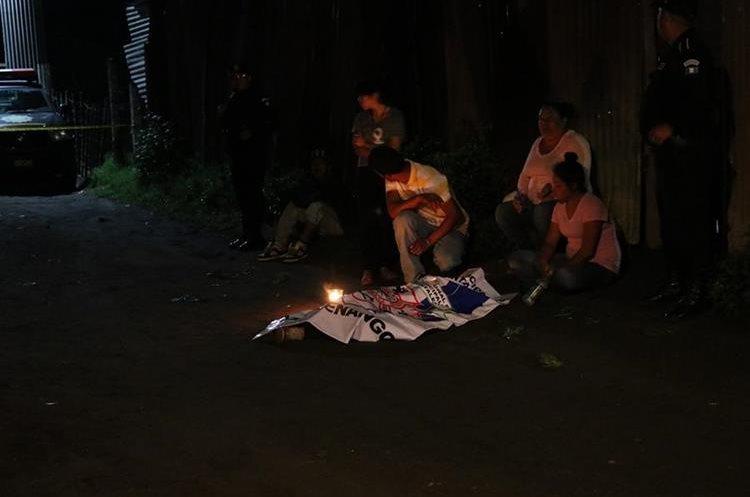 La PNC acordonó el lugar para los peritajes del Ministerio Público. (Foto Prensa Libre)