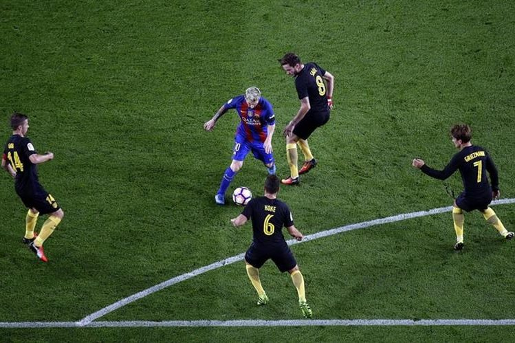 Lionel Messi, lesionado en el duelo contra el Atlético de Madrid, sería una de las opciones del técnico Luis Enrique en el enfrentamiento del Barcelona contra el Deportivo La Coruña (Foto Prensa Libre: Hemeroteca PL)