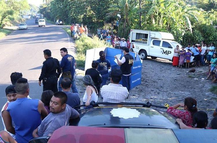 Las autoridades, en el lugar de los hechos recaban evidencias. (Foto Prensa Libre: Cristian Icó)