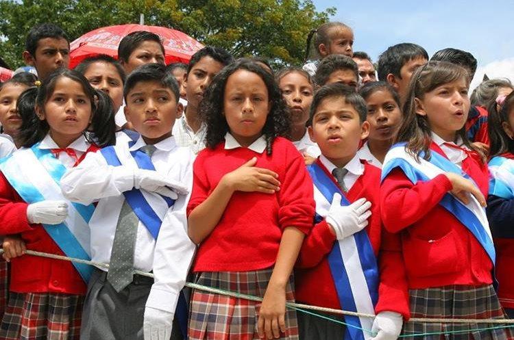 Niños cantan el himno nacional durante un acto cívico. (Foto: Hemeroteca PL)