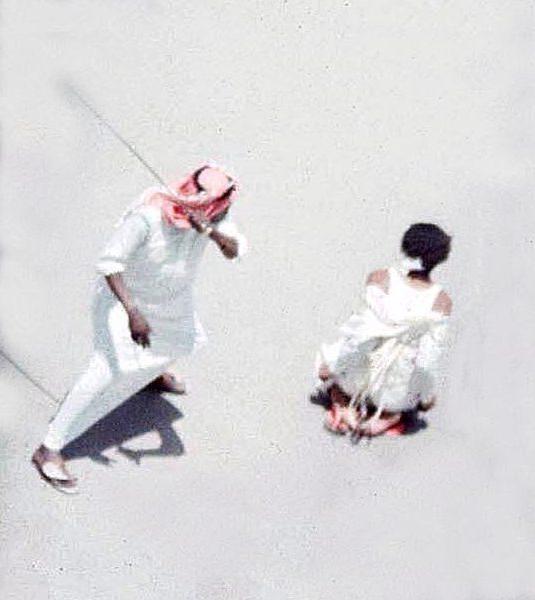 Un príncipe saudí es azotado por un delito no revelado, según publicó la prensa saudí. (The Sun).
