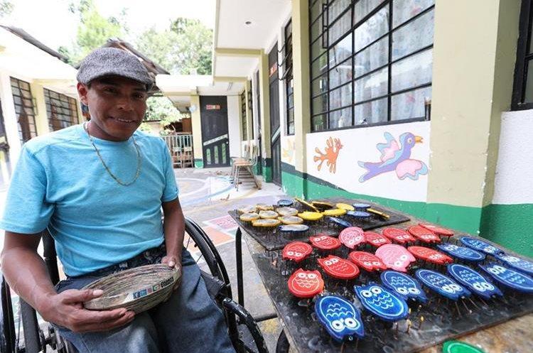 El artesano Antonio Cua muestra parte de su trabajo,  en Santiago Atitlán, Sololá.