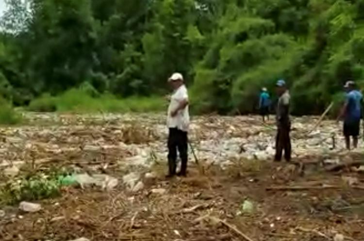 Los vecinos de Tres Cruces, Retalhuleu, exigen apoyo de las autoridades del Gobierno, pues temen que por la contaminación en el río Ocosito, las plantaciones de mangle mueran. (Foto Prensa Libre: Cortesía Joel Archila)