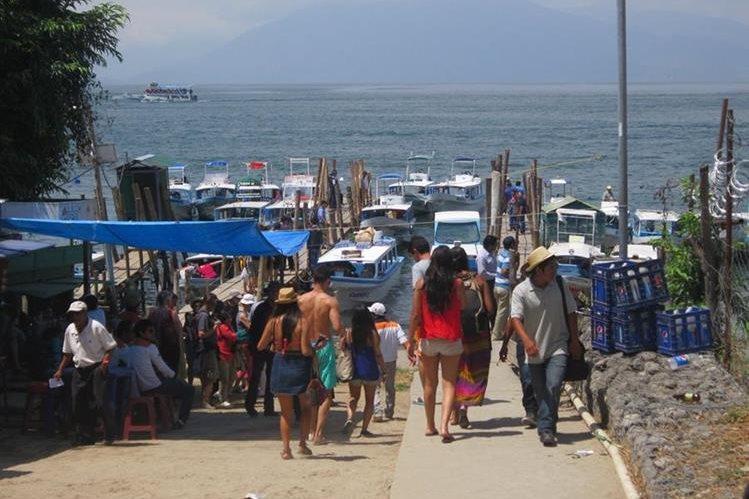 Turistas visitan playas del Lago de Atitlán, en Panajachel, Sololá. (Foto HemerotecaPL)