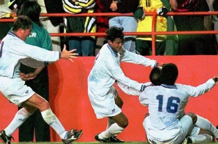 Juan Carlos Plata en la celebración del gol a Brasil junto a Guillermo Ramírez, Nelson Caceres y Juan Manuel Funes. (Foto Hemeroteca PL).