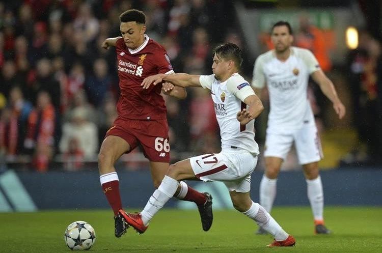 Trent Alexander-Arnold del Liverpool (i) disputa el balón con Cengiz Under de la AS Roma (d). (Foto Prensa Libre: EFE)