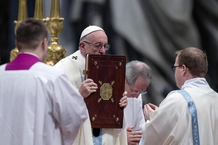 Papa celebra la solemne misa de Año Nuevo en el Vaticano. (Foto Prensa Libre: EFE)