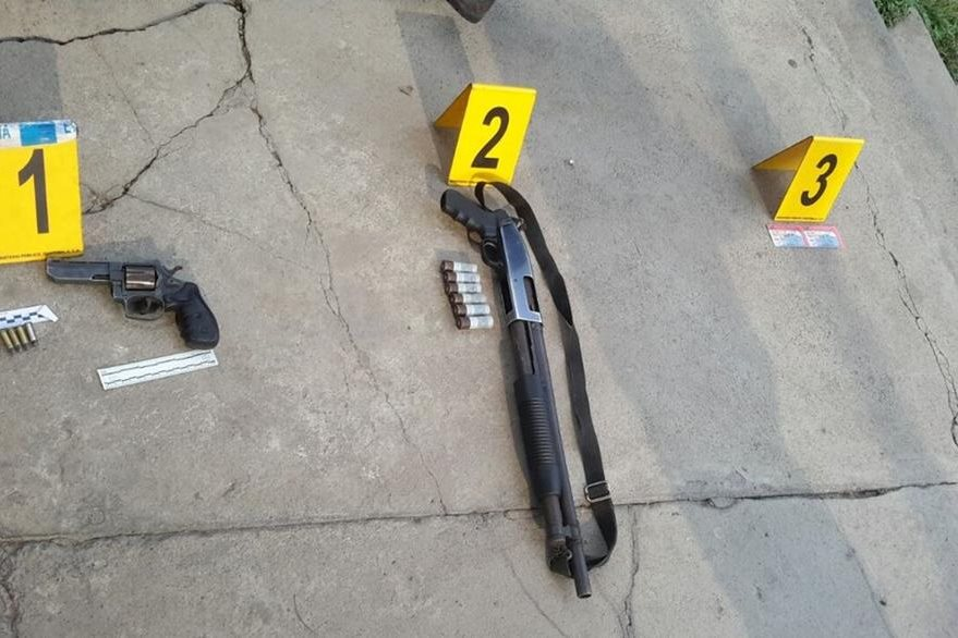 Un revólver y una escopeta, con sus municiones, fueron incautadas a los sospechosos. (Foto Prensa Libre: Cortesía PNC)