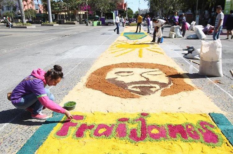 Varias comunidades católicas junto a voluntarios realizan este día la alfombra de aserrín más grande de Guatemala.
