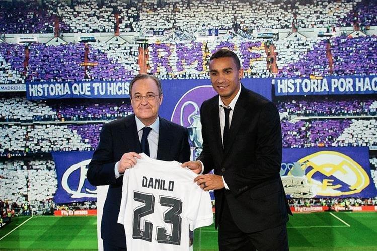 Florentino Pérez y Danilo posan para las cámara en la presentación oficial del brasileño con el Real Madrid. (Foto Prensa Libre: AP)