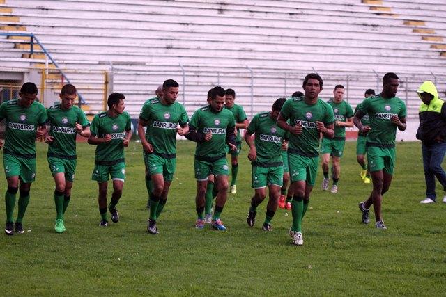 Los jugadores quetzaltecos, durante su entrenamiento de hoy. (Foto Prensa Libre: Carlos Ventura)
