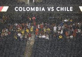 La tormenta obligó a suspender provisionalmente el juego. (Foto Prensa Libre: AFP)