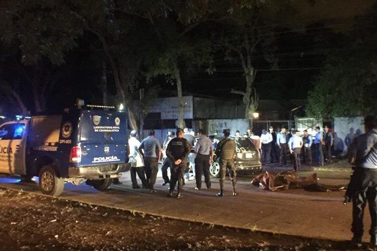 Las autoridades y forenses hondureños trabajan en la escena del crimen.