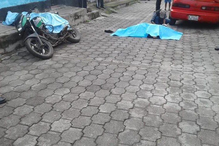 Los cuerpos quedaron tendidos sobre la banqueta y la calle. (Foto: Bomberos Voluntarios)