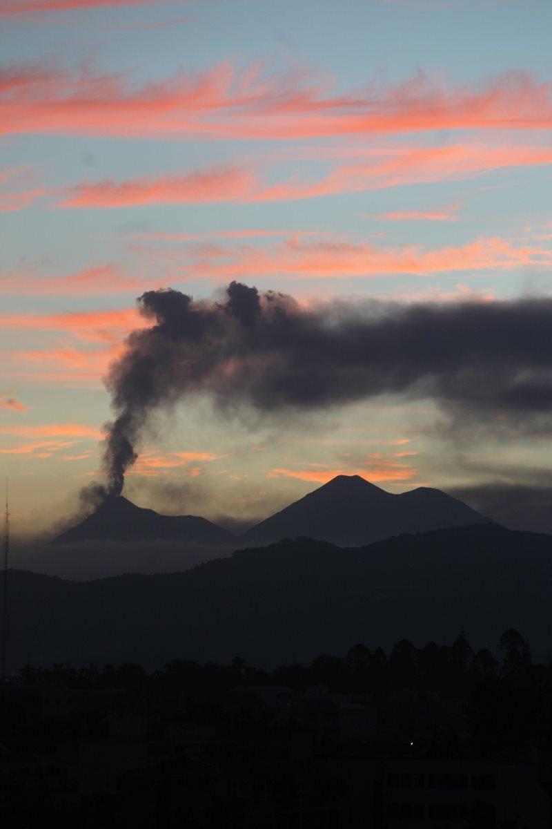 Columna de ceniza del Volcán de Fuego se eleva a 5 mil metros sobre el nivel del mar. (Foto Prensa Libre: Óscar Rivas)