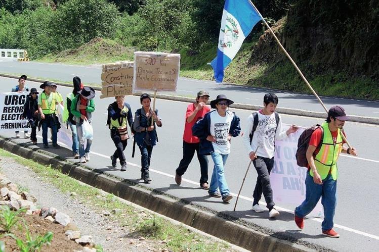 Caminantes en su recorrido entre Nahualá, Sololá, y Tecpán Guatemala, Chimaltenango. (Foto Prensa Libre: Ángel Julajuj)