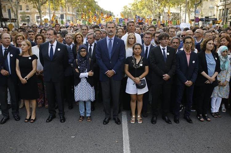 El rey Felipe, el presidente del Gobierno, Mariano Rajoy; el presidente catalán, Carles Puigdemont, y la alcaldesa de Barcelona, Ada Colau, durante la manifestación contra el terrorismo. (Foto Prensa Libre:AP).