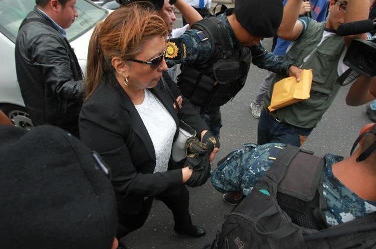 Anabella de León, el jueves, cuando fue trasladada a la Torre de Tribunales (Foto Prensa Libre: Hemeroteca PL)