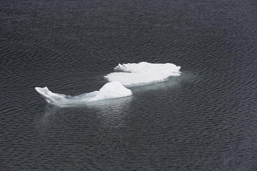 Un bloque de hielo se observa en una laguna junto al Parque Nacional Huascarán en Huaraz, Perú. (Foto Prensa Libre: AP).