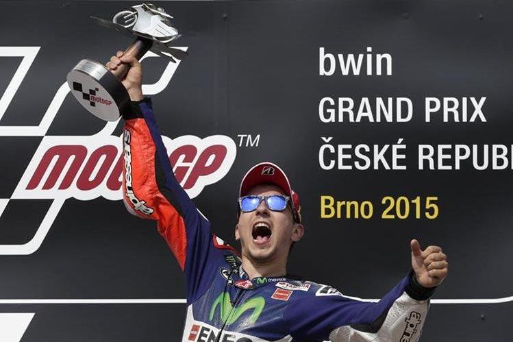 Lorenzo festeja su nueva conquista, ahora en el circuito de Brno. (Foto Prensa Libre: AP)
