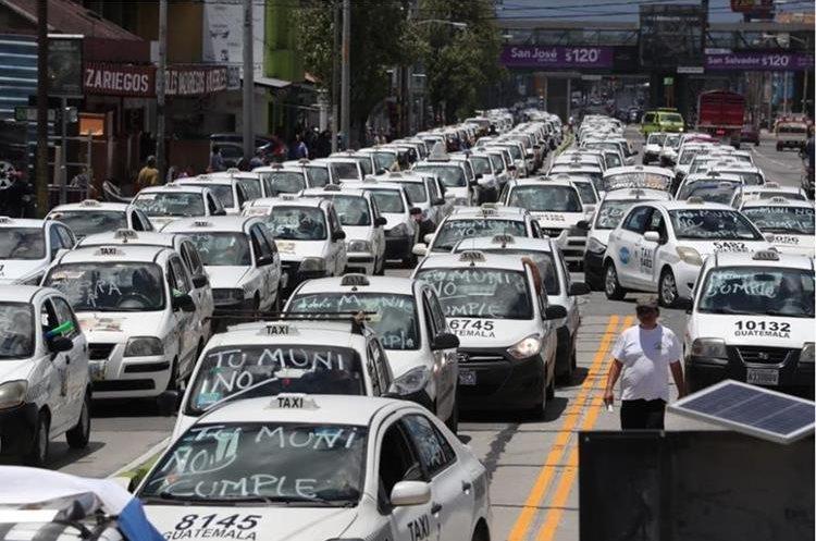 Decenas de taxistas se encaminan a la Municipalidad de Guatemala, en manifestación contra Uber. (Foto Prensa Libre: Estuardo Paredes)