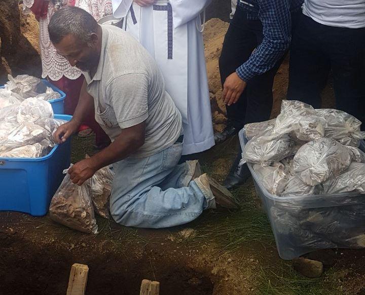 Los restos recibieron sepultura después de un levantamiento y registro. (Foto: Carlos García)