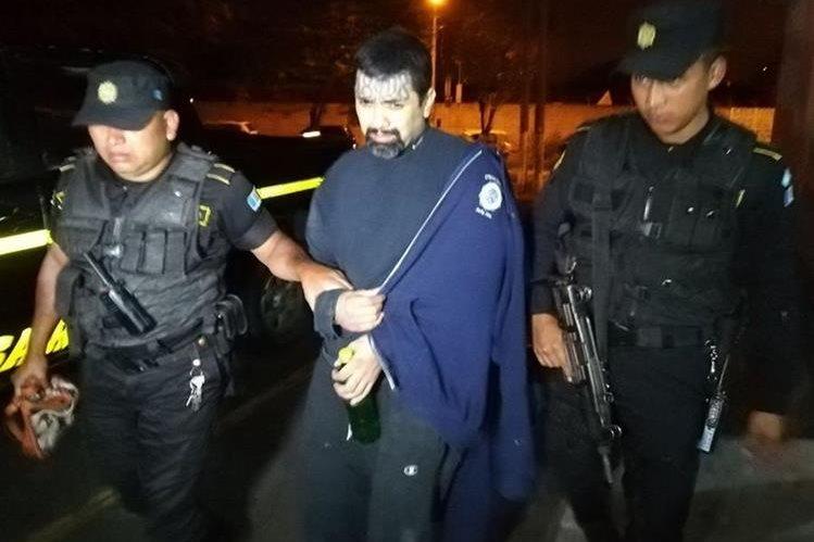 Álvaro Ignacio Aguirre Canté, alias el Micro, luego de ser capturado en la colonia Kennedy, zona 18. (Foto Prensa Libre: PNC).