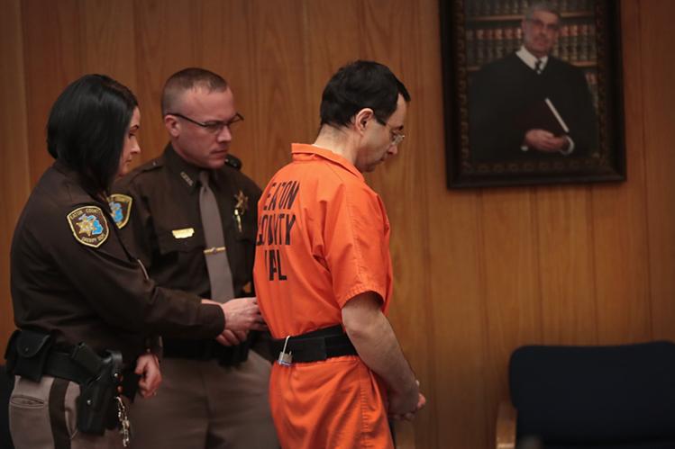 El exmédico Larry Nassar recibió tres condenados, por abuso sexual a las gimnastas y por pornografía. (Foto Prensa Libre: AFP)