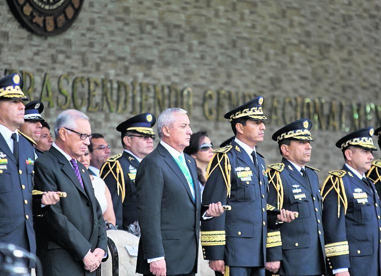 Otto Pérez Molina y su ministro de defensa Manuel López Ambrosio, durante el Día del Ejército en la Brigada Mariscal Zavala, el 30 de junio de 2015. (Foto Prensa Libre: Hemeroteca PL)