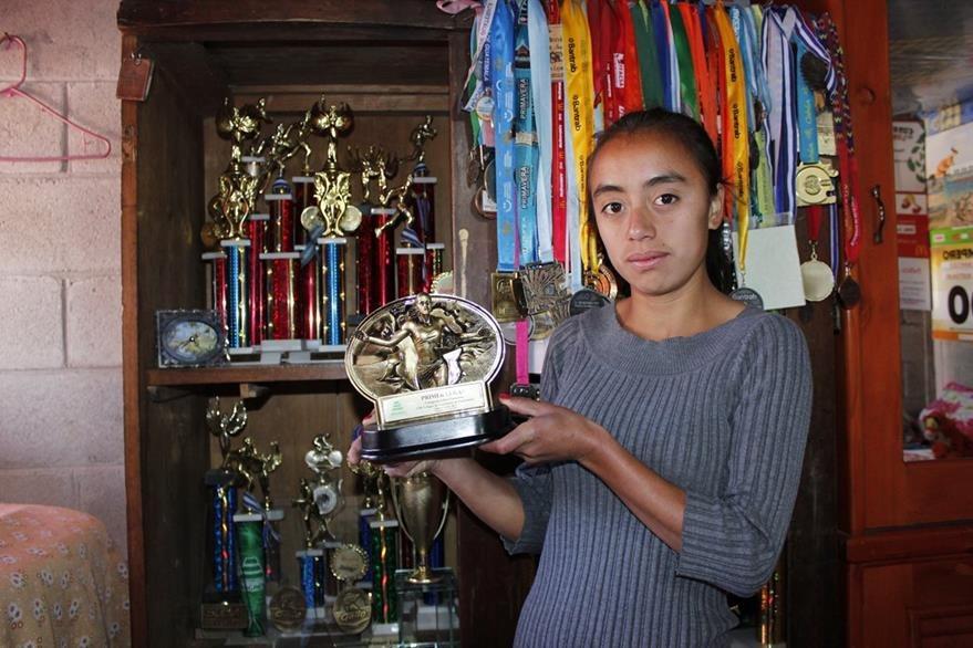 Villegas muestra algunos de los trofeos que ha ganado en su carrera. (Foto Prensa Libre: Víctor Chamalé)