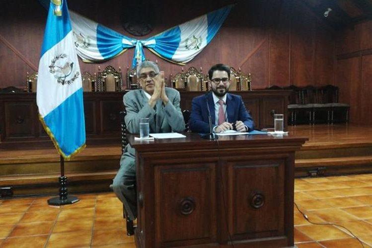 El secretario general de la CC, Martín Guzmán, junto al vocero Santiago Palomo, explican detalles del dictamen a la reforma de la Ley Electoral. (foto Prensa Libre: Erick Avila)