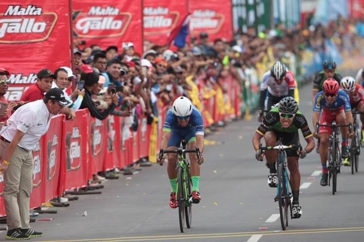 Espectacular cierre de la sexta etapa de la Vuelta, este sábado en Quetzaltenango. (Foto Prensa Libre: Carlos Vicente)