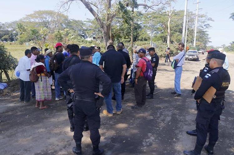 Los vecinos se reunieron con las autoridades locales para dialogar, pero no se llegó a ningún acuerdo. (Foto Prensa Libre: Rolando Miranda)
