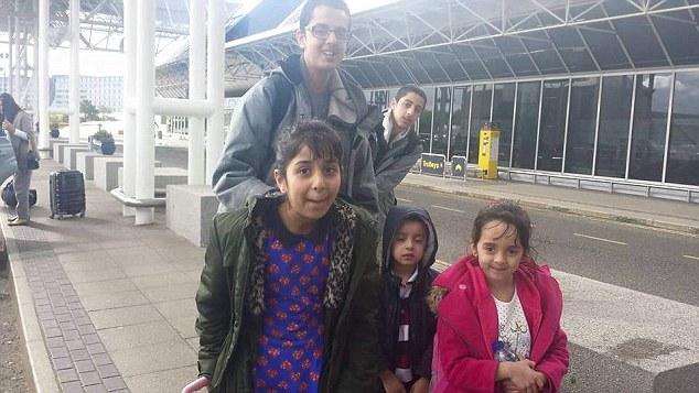 """Algunos niños de la familia sonríen en esta fotografía, tomada en el aeropuerto, antes de viajar hacia Turquía. (Foto: <em><a href=""""http://www.dailymail.co.uk/news/article-3125096/Fears-family-12-Bradford-fled-join-Islamic-State.html"""">dailymail.com)</a></em>."""