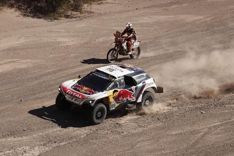 El francés Sebastien Loeb conduce su vehículo Peugeot. (Foto Prensa Libre: EFE)