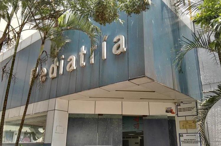Así luce la fachada actual en el ingreso de la pediatría del hospital Roosevelt (Foto Prensa Libre: Roni Pocón)