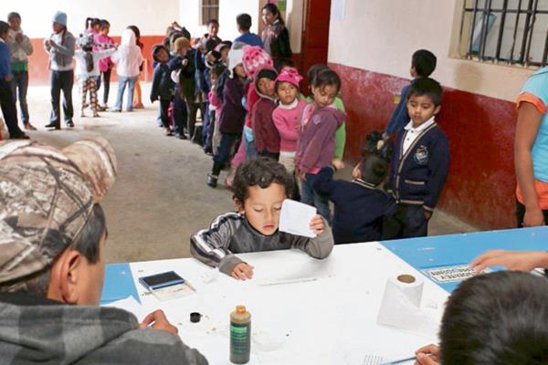 Estudiante deposita  su voto en la elección efectuada en Cobán, Alta Verapaz.