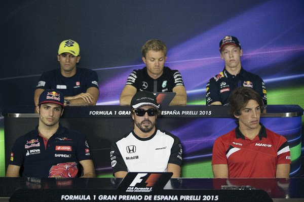 Los pilotos Felipe Nasr, Nico Rosberg, Daniel Kiryat, Carlos Sainz, Fernando Alonso y Roberto Merhi, participaron hoy en la conferencia de prensa en el circuito de Montmeló, previa a la carrera del GP de España. (Foto Prensa Libre: EFE)