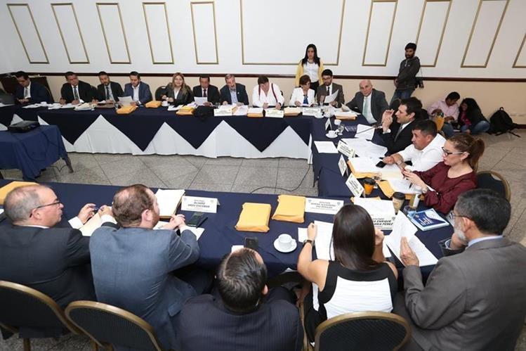 Comisión de Asuntos Electorales del Congreso durante una de las reuniones sostenidas esta semana. (Foto Prensa Libre: Esbin García)