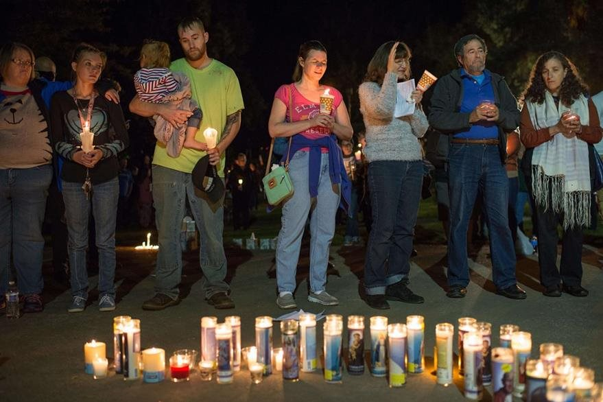 Familiares y amigos de las víctimas participan en una oración cerca del colegio comunitario de Oregón, donde ocurrió la tragedia. (Foto Prensa Libre: AFP).