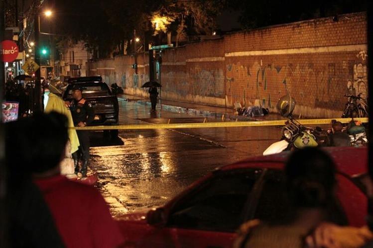 PNC resguarda el lugar donde murió Oliver Reginaldo Gómez Ramírez. (Foto: Carlos Hernández)