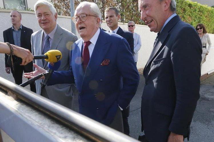 Jean-Marie le Pen, al centro, junto con sus abogados. El político expulsado de su propio partido, ha anunciado medidas legales para revertir la decisión. (Foto Prensa Libre: AP).