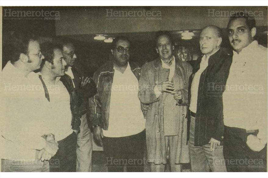 23/10/1983 Pedro Julio García, rodeado de amigos en Prensa Libre luego de su liberación. (Foto: Hemeroteca PL)