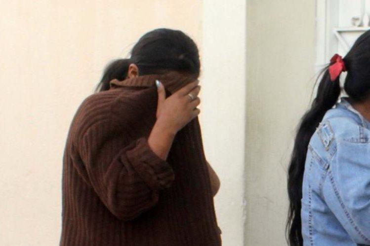 Madre e hija rescatadas fueron auxiliadas por autoridades en la cabecera de Jalapa. (Foto Prensa Libre: Hugo Oliva).