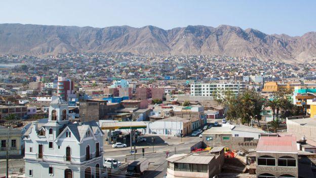Plantas desalinizadoras en Antofagasta proveen agua potable para la ciudad, en la zona del desierto de Atacama. Latinoamérica debe aprovechar la desalación como una oportunidad para su desarrollo, señaló a BBC Mundo Sanz. GETTY IMAGES