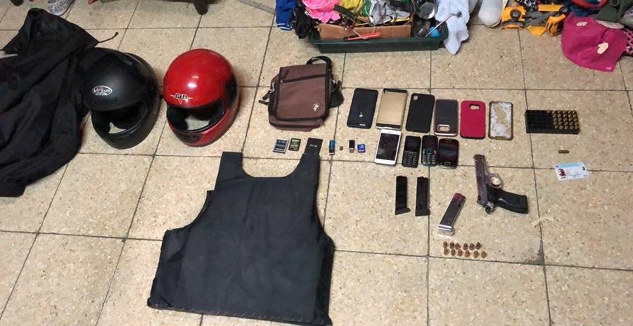 Algunos de los objetos que fueron encontraros en los allanamientos. (Foto Prensa Libre: PNC)