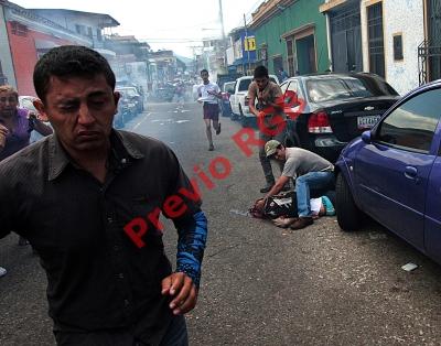 Un estudiante ayuda al joven baleado durante una protesta contra el gobienro de Nicolás Maduro.