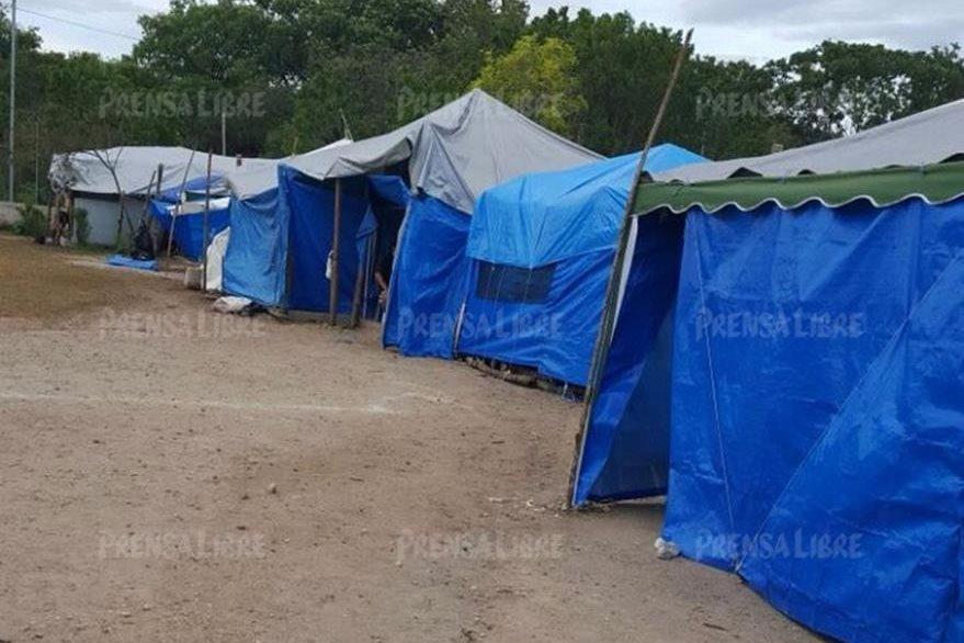 En carpas pernocta un grupo de reos que guardan prisión preventiva en Mariscal Zavala. (Foto Prensa Libre)